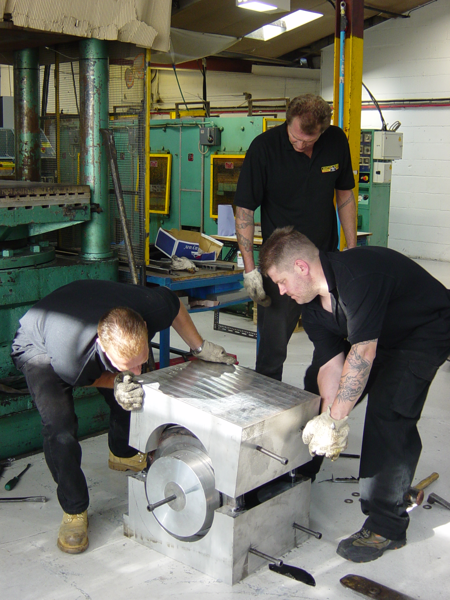 Re-assembly of a compression tool ready for vulcanisation